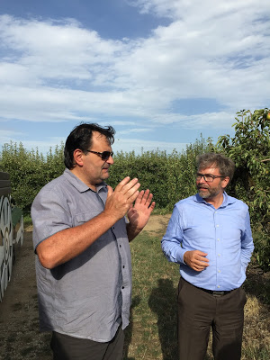 生産者(写真:左)と話すドゥニ・ブルシエ氏(ボワロン社輸出部門長、写真:右)