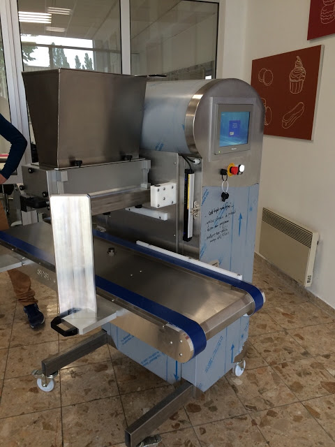 こちらがその機械。正確に生地を搾り出してくれます。