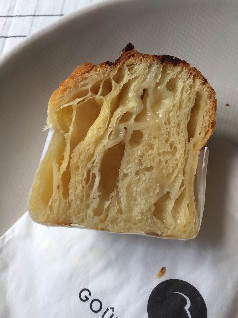 パルメザンチーズ(上左)とプラリネ・ローズ(上右)、パルメザンの断面(下)