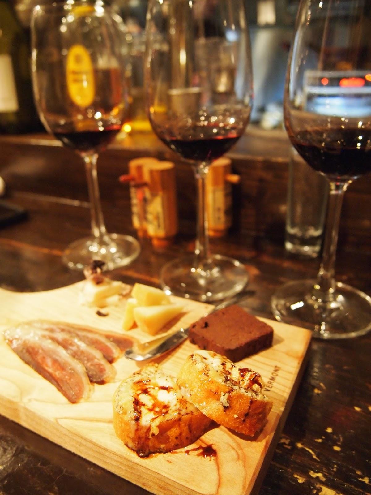 チーズとお酒のあての盛り合わせ 店長と仲良くなれば 飲み比べもさせていただけるかも?!