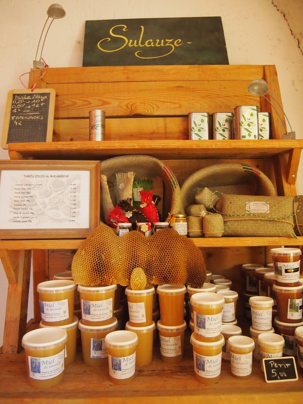 ご近所さんの造るハチミツやオリーブオイルも販売